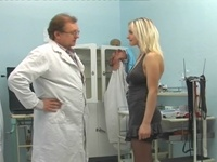 : Old doctor is screwing a young blonde : sex scene #1